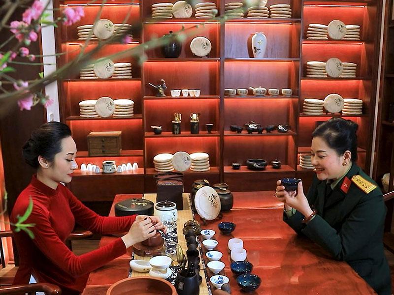 Thưởng thức trà cùng những món ngọt truyền thống