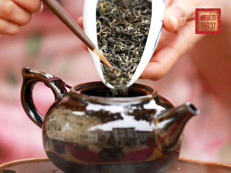 Lục trà không trải qua công đoạn oxy hóa vì thế nước pha ra sẽ có màu xanh hoặc vàng, mang hương lúa non, đồng thời có vị chát, ngọt hậu