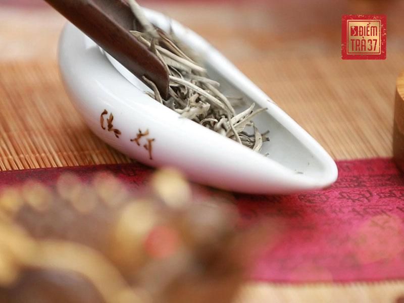 Bạch trà hay trà trắng là loại trà thường được chế biến từ búp của những cây trà cổ thụ được trồng ở vùng có độ cao lớn